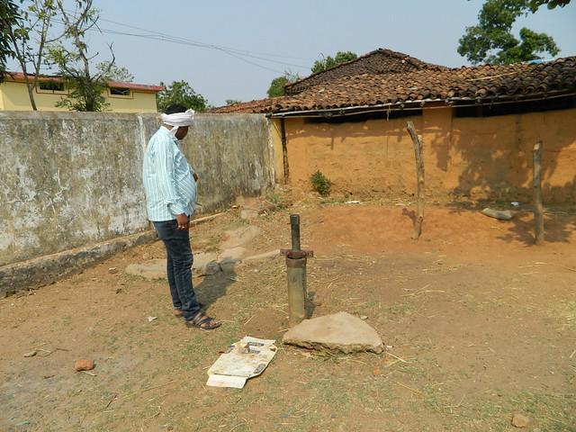 वह हैण्डपम्प जिसके पानी से नहाने के कारण स्कूल पीउन की मौत हुई