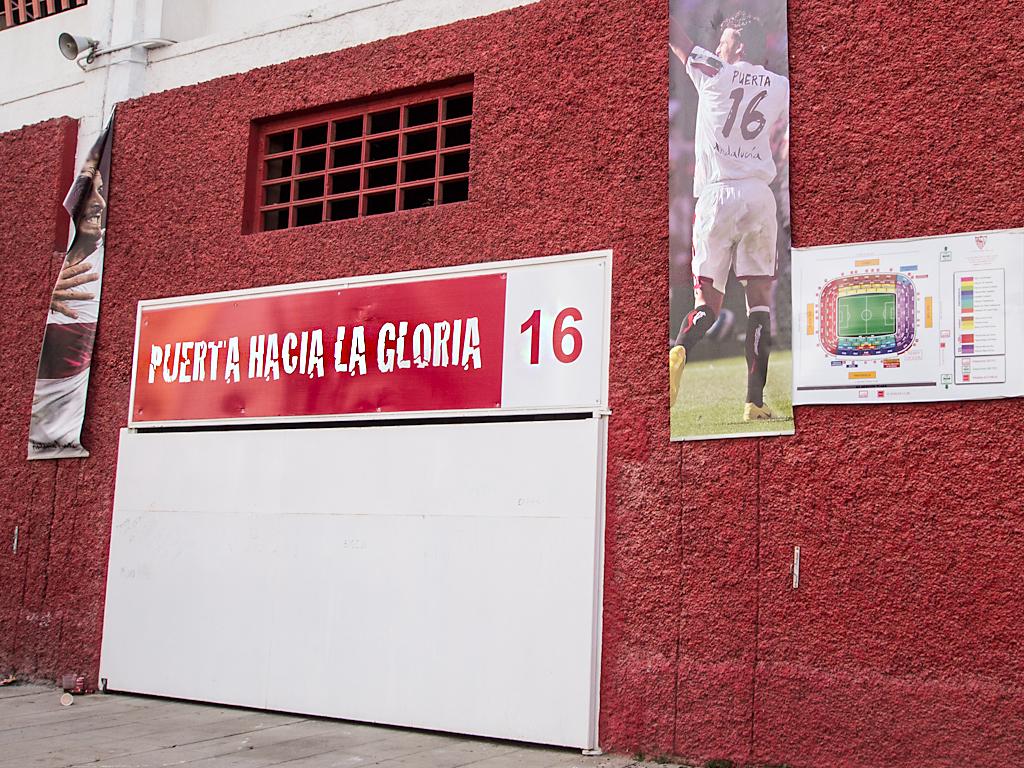 puerta 16 del estadio ram n sanchez pizjuan de sevilla