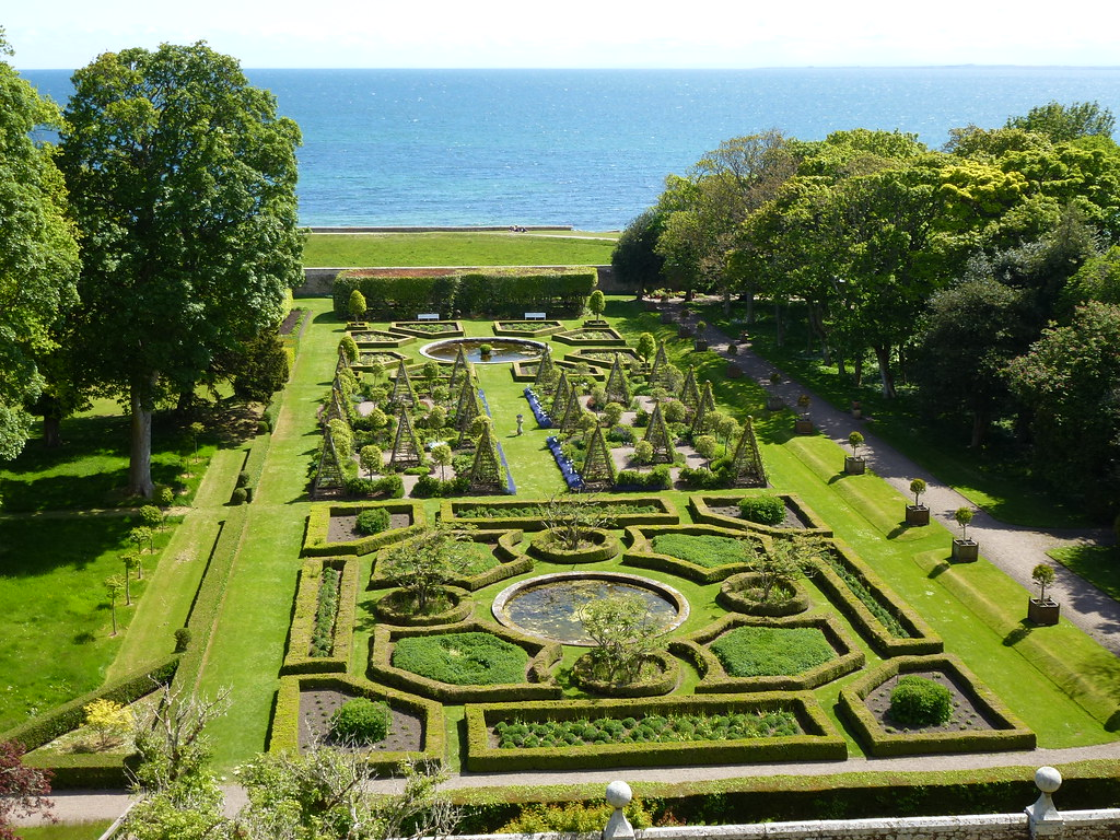 Formal Gardens, Dunrobin Castle | Sue Povey | Flickr