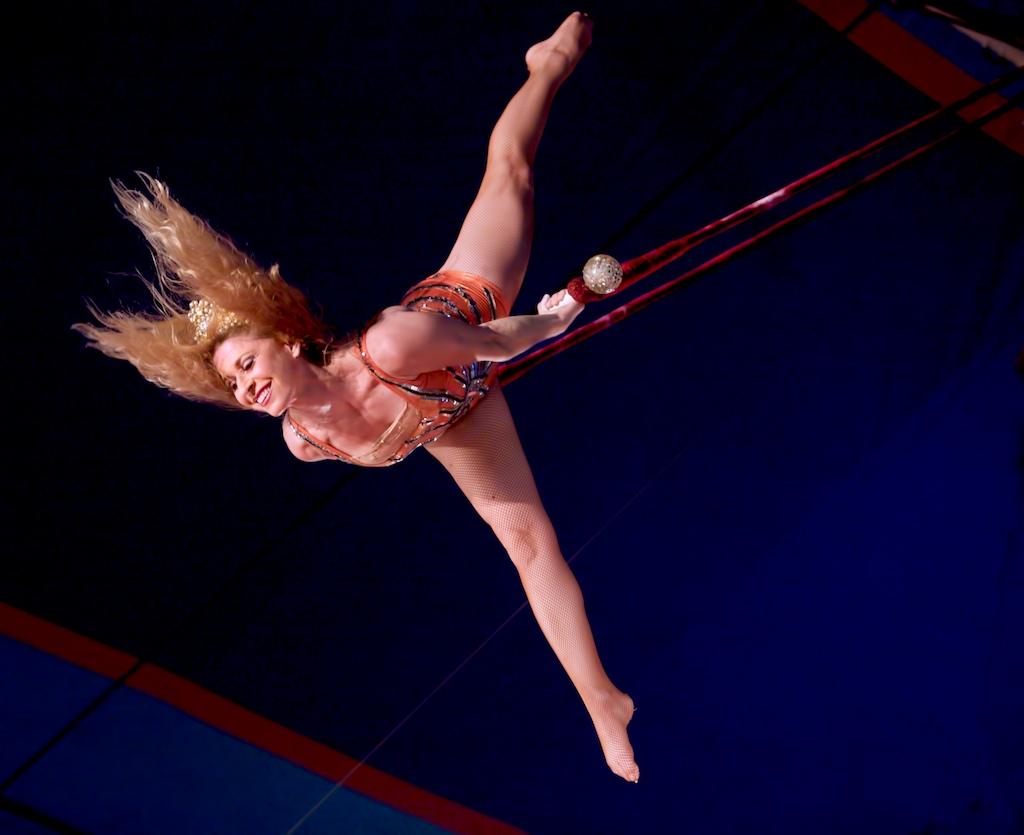 Rebecca Ostroff On Trapeze | Kelly-Miller Circus, Paris ...