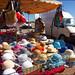 Stand des chapeaux et des sacs au marché