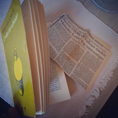 De charme van tweedehandsboeken: een 40 jaar oud boek met een 30 jaar oud krantenartikel tussen de pagina's verstopt ❤️📚 #currentlyreading #boekenwurm #blufboek #malcolmlowry #bookstagram