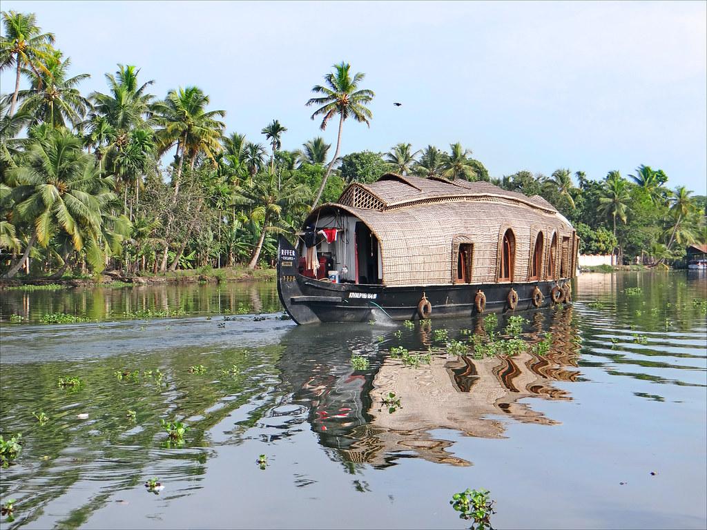 Dans les Backwaters (Kerala, Inde) | House-boat sur un grand ...