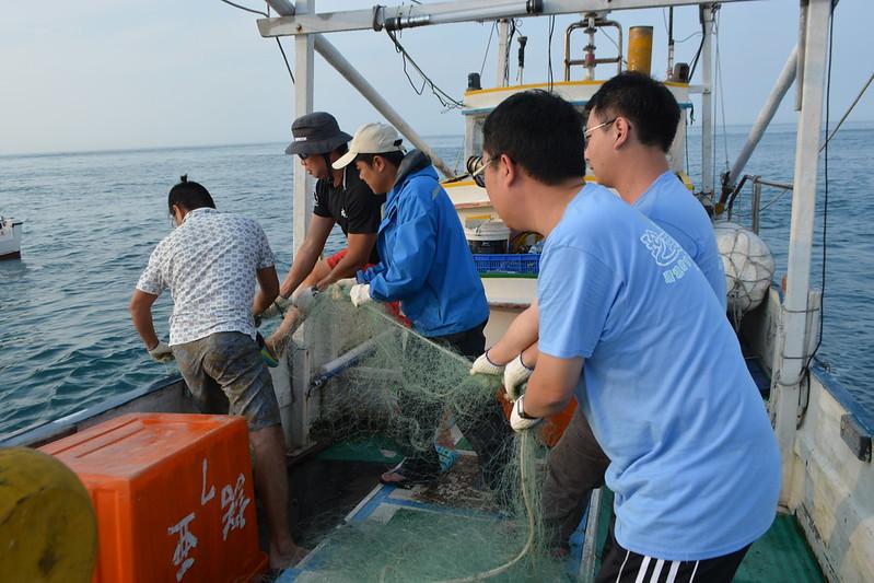 志工協助清除流刺網。圖片來源:蔡馥嚀。