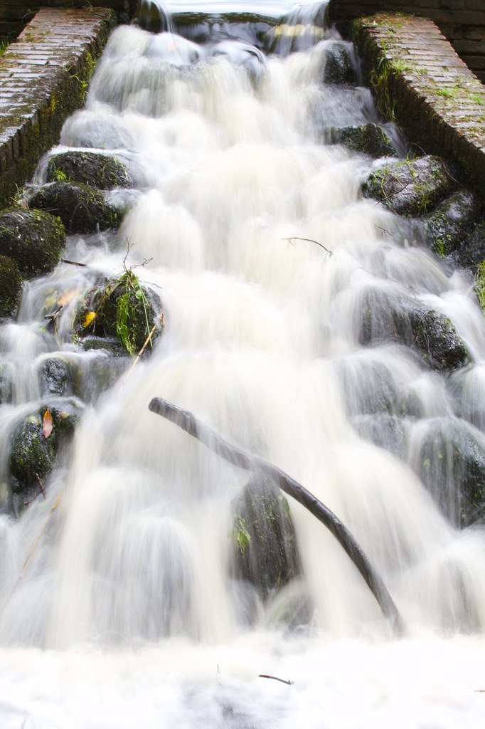 Waterfall: Slow shutter speed - The water is clearly in moti