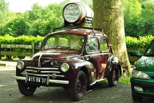 """Knuffig sieht er aus, der Renault 4 CV. Er hat mir gleich gefallen wie er da so in einem Stadtpärkchen in Chinon direkt am Ufer der Vienne stand und mit einem hölzernen Fass auf dem Buckel Werbung für das """"Musée des Vins"""" machte. Und für ein Restaurant namens """"Dédé la Boulange"""". - Da musste ich nachschlagen. Das """"Boulanger"""" Bäcker heißt und eine """"Boulangerie"""" eine Bäckerei ist, sollte Frankreichreisenden ja geläufig sein. Aber """"la Boulange""""? Na ja, es wird mit """"Bäckerhandwerk"""" übersetzt. Da hätte man irgendwie auch selber drauf kommen können :-) Ein süßer Oldtimer auf jeden Fall. Foto Brigitte Stolle 2016"""