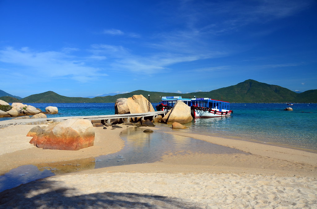 how to get to whale island vietnam
