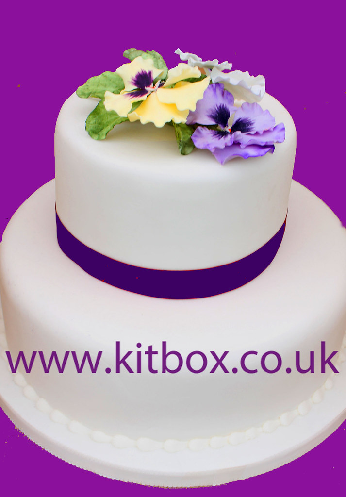 Pansy cake A lovely realistic sugarcraft pansy display ...