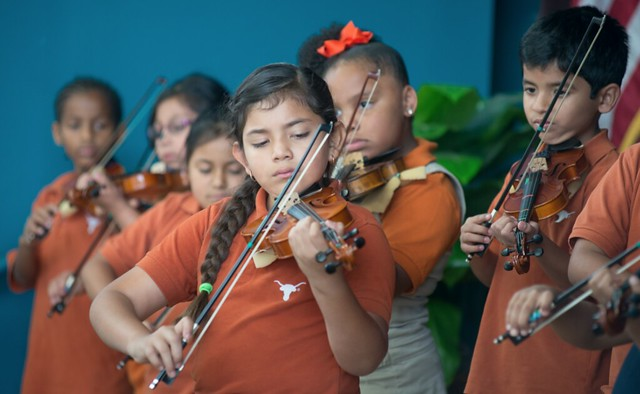UT Elementary students playing violin