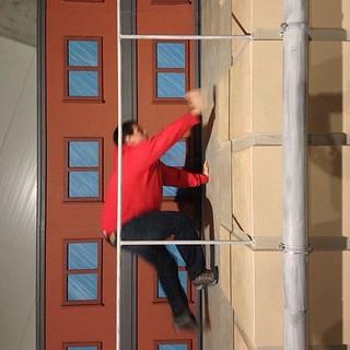 Sele trepando por las paredes a lo Spiderman (Estudios Korda de Hungría)
