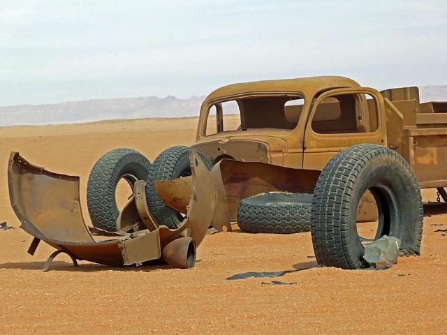 Coche abandonado de la II Guerra Mundial en el desierto Líbico de Egipto