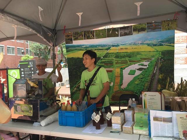 東華大學教授吳海音(右)與公民科學家(左),在田裡有腳印市集邀大家品嘗富興生態農場的「韌性甘蔗汁」。攝影:陳家銘。