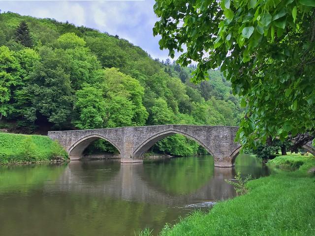 Puente sobre el río Semois en Bouillon (Valonia, Bélgica)