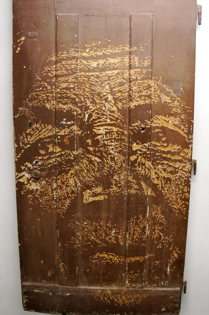 Vhils porte en bois grav e vhils pochoir sur porte en b flickr for Pochoir sur bois