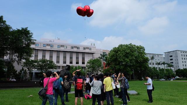 g0v零時政府高峰會的與會者們正在體驗氣球空拍與地圖製作 攝影:陳文姿