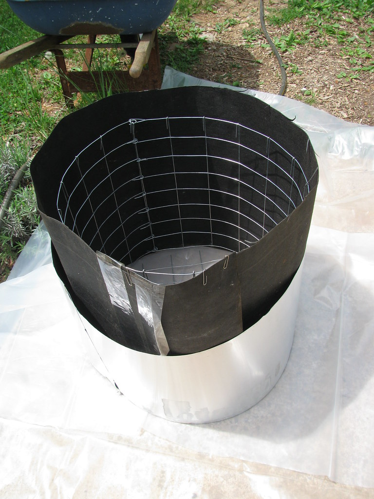 Form for round planter that 39 s aluminum flashing held for Concrete log forms
