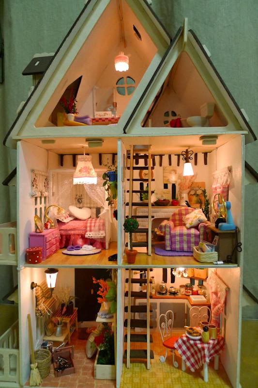 Фото как сделать дом для кукол из коробки