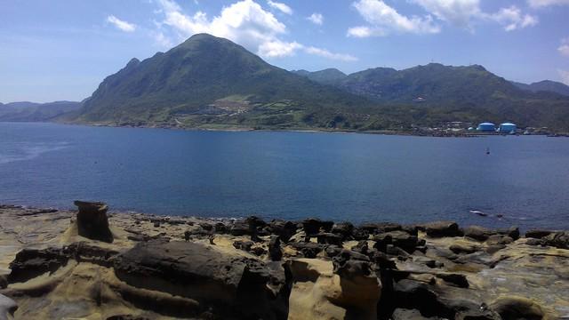 前段海岸線,對面是基隆山和九份。攝影:林倩如。