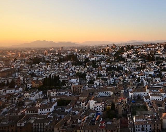 Barrio del Albaicín al atardecer visto desde la torre del Homenaje de la Alhambra