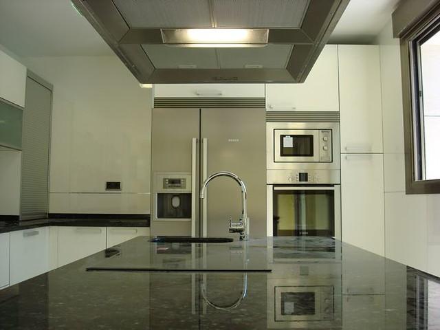 Dise o de cocinas en getafe madrid blanco encimera - Cocinas en negro ...