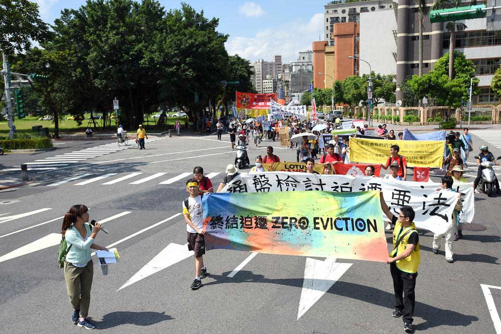 七個國家地區反迫遷團體發起遊行,逾百人自台北華光社區舊址出發,一路向總統府前凱達格蘭大道邁進。(攝影:宋小海)