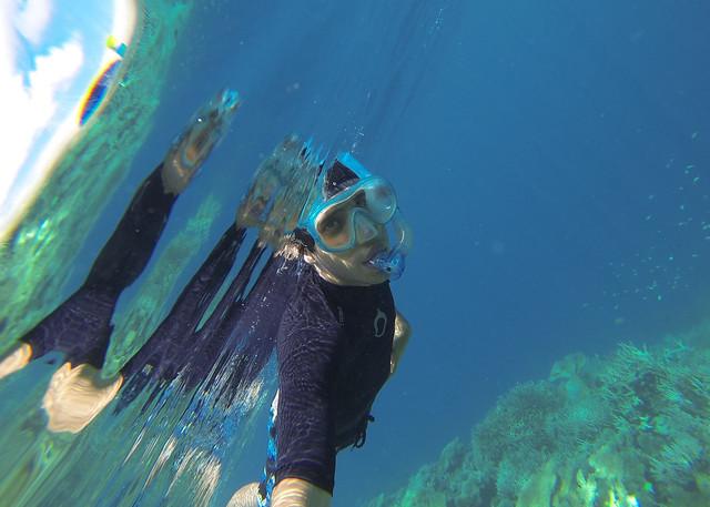 Miguel Egido haciendo snorkel junto a las aguas cristalinas junto a la isla desierta de Odagalla