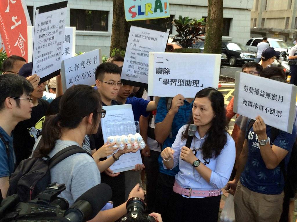 今天前往抗議的學生們朝向教育部大門丟擲雞蛋,要把學習型這顆「臭雞蛋」還給教育部。(攝影:林沁)