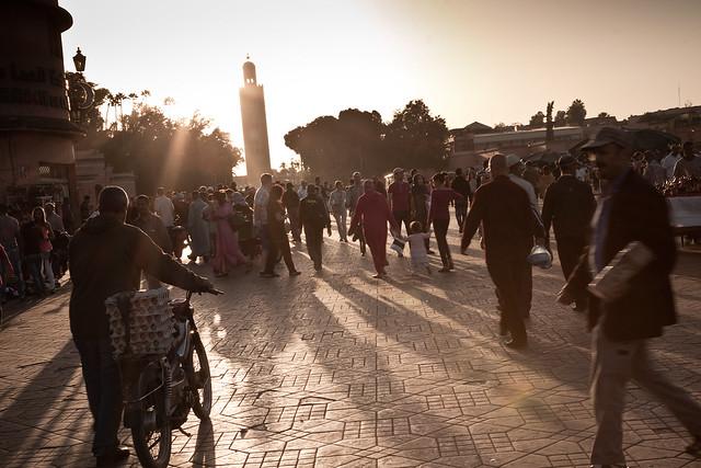 Foto de Djemaa El-Fna la famosa plaza de Marrakech con la Mezquita Koutubía al fondo