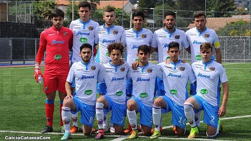 Prestito in Serie D per quattro '98: Biondi (in competo rosso) alla Sicula Leonzio, Biancola (ultimo a dx in piedi), Schisciano e Dadone (rispettivamente primo e terzo da sx in basso) al Gela.