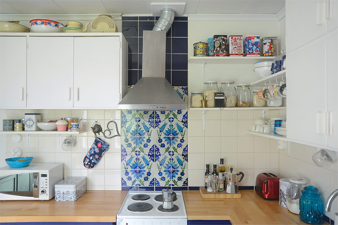 Blue and white 50s style kitchen with open shelves