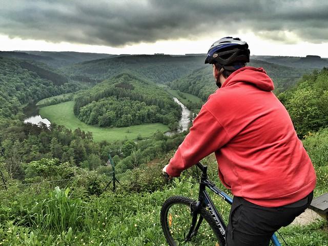 Sele en bicicleta en la Tumba del Gigante (Valonia, Bélgica)