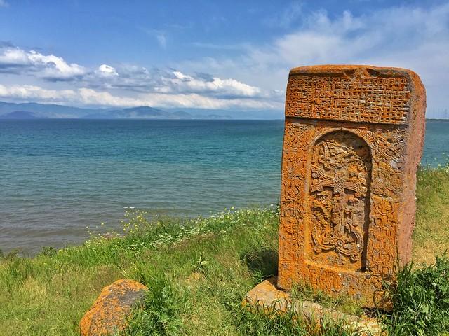 Lago Sevan y un khachkar (cruz de piedra) en Armenia