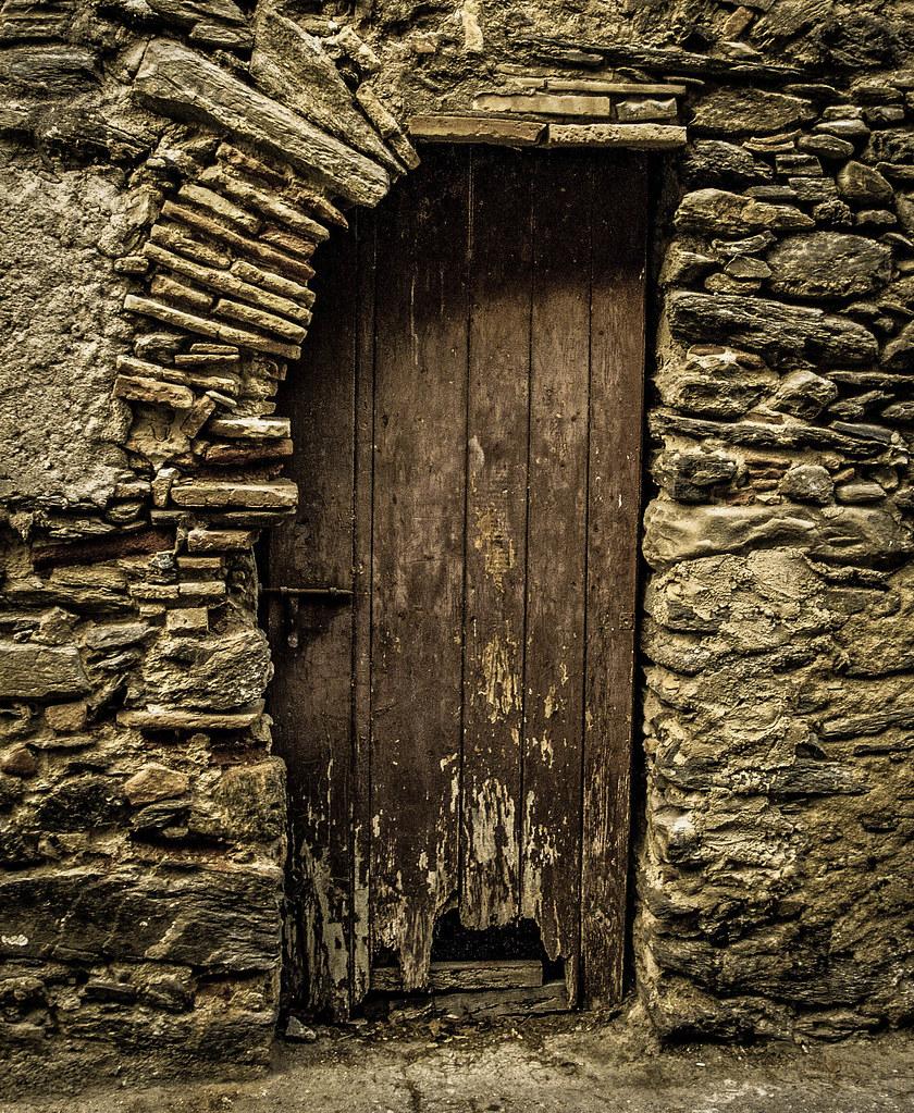 Una porta vella i trencada una puerta vieja y rota an ol for Como barnizar una puerta vieja