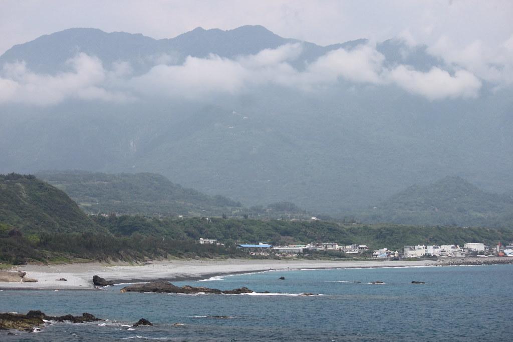 從三仙台離岸島回望比西里岸部落