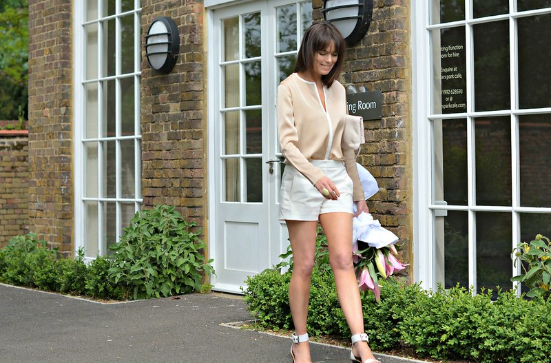 Retrochicmama in Winser London | Camel/ivory silk top, white shorts and heels