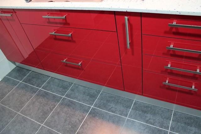 Dise o de cocinas en cobena cocina moderna modelo rey rojo for Modelo de cocina rojo y gris