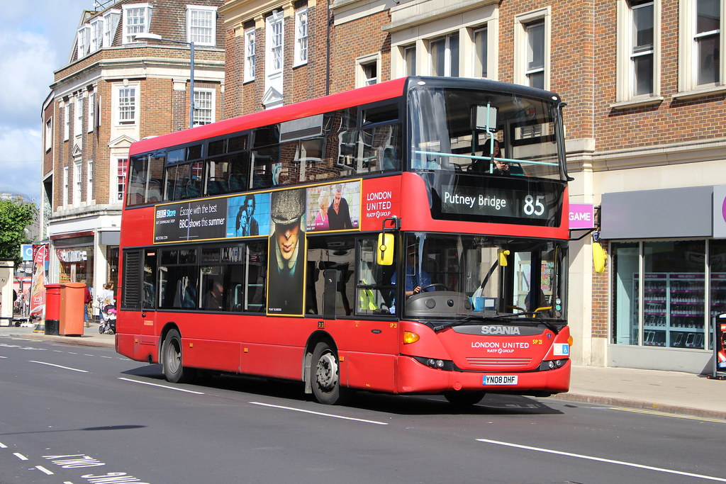 London united sp21 on route 85 kingston yn08dhf for Bus timetable perth 85
