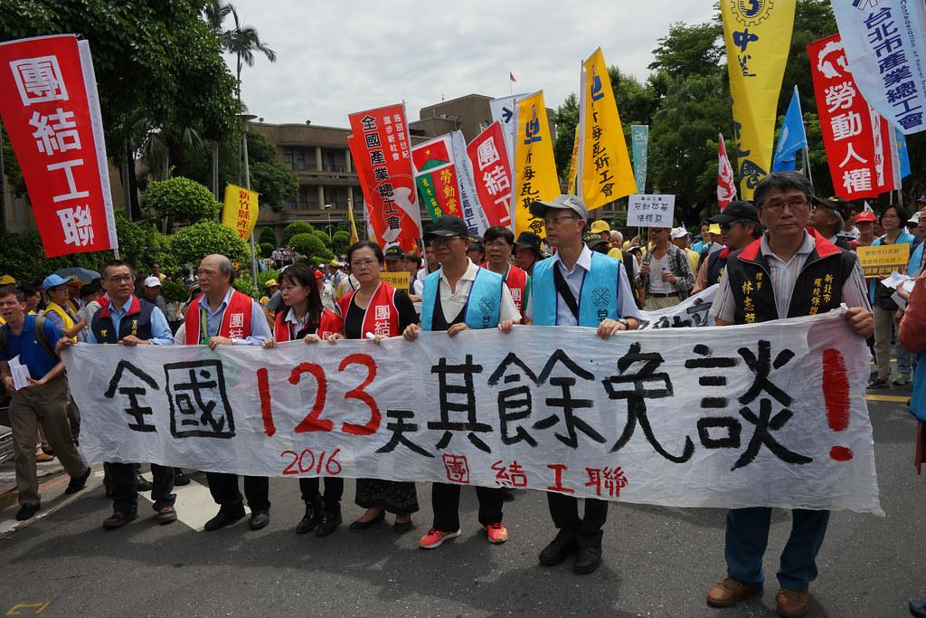 勞團上午從行政院遊行至立法院,主張不論公私部門一致19天國定假日、年修123天。(攝影:王顥中)