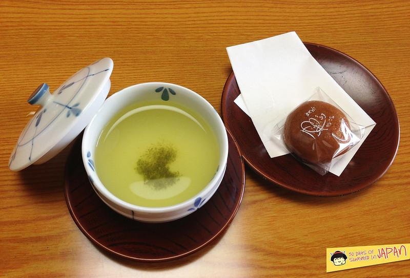 Hokkaido - Shogetsu Grand Hotel - welcome tea and sweet