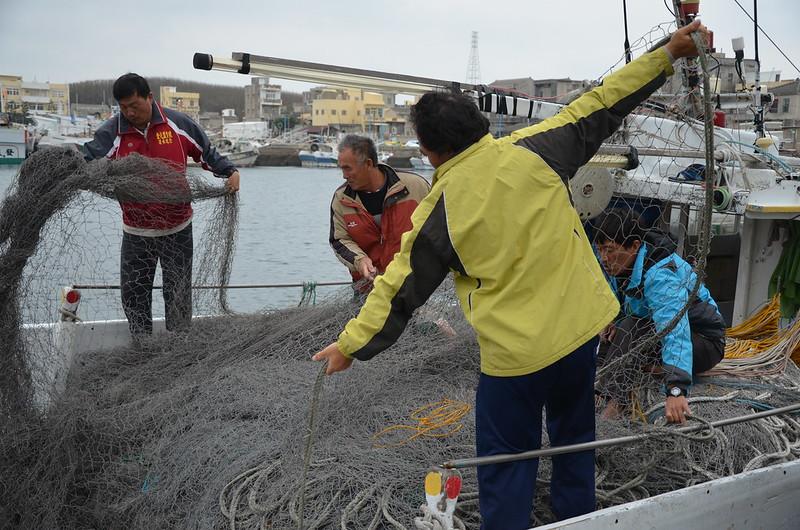 「勝財發」上包含船長,有五位船員,葉生鵬選擇用當地人當船員,是現在少見的做法。圖為出海前的理網。攝影:潘佳修