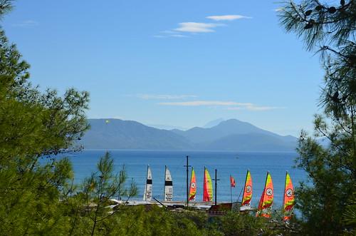 Sicht auf den Strand mit Segelschule vom Garten aus.