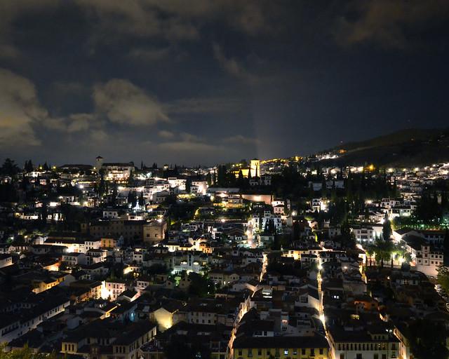 Barrio del Albaicín de noche desde la Alhambra de Granada, una estampa única