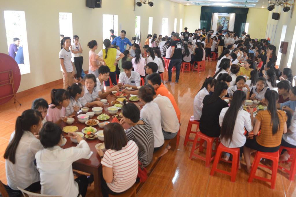 Bữa ăn của các bạn sĩ tử tại cụm Áng Sơn