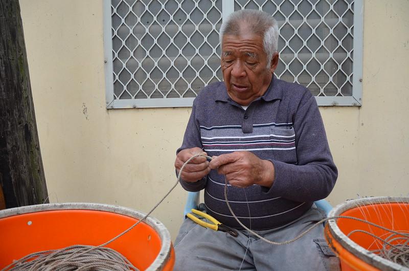 整理魚線,是將軍嶼許多人家貼補家用的來源,屋前常可見老人或婦女坐著補線。攝影:潘佳修