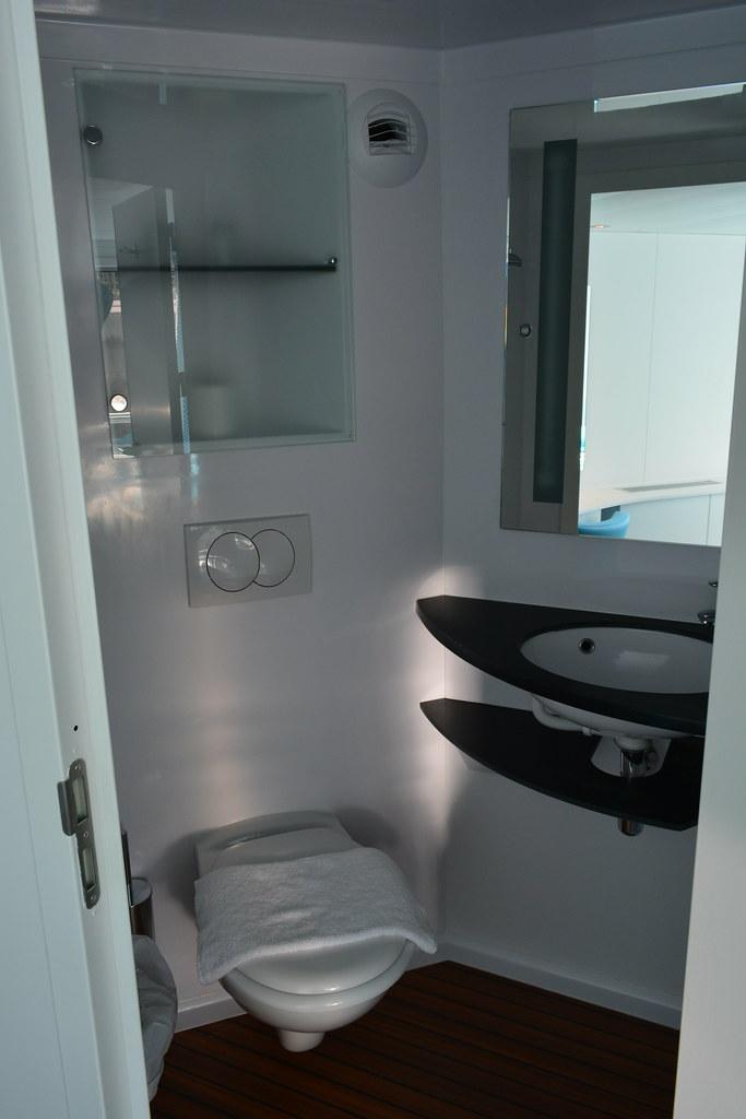 vaste salle de bain dans la cabine pmr visite du ms cyra flickr. Black Bedroom Furniture Sets. Home Design Ideas