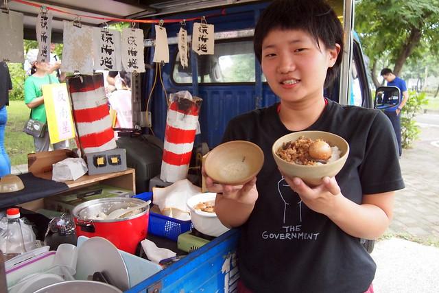 李珮瑜的藝術作品是用污染場址的土燒製陶碗,邀請民眾品嘗一碗肉燥飯。攝影:李育琴