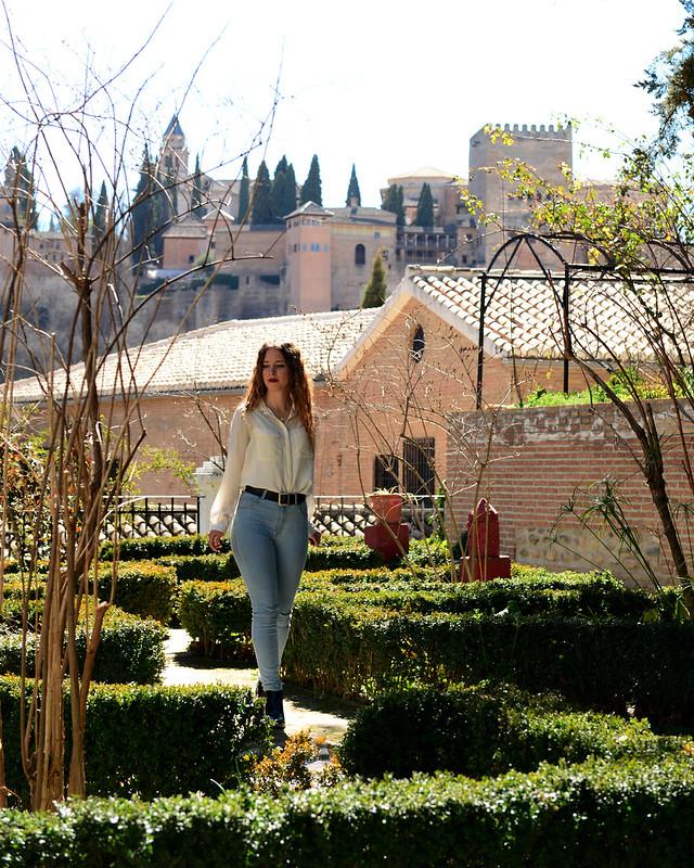 Paseando por el Carmen Victoria con vistas de la Alhambra de fondo