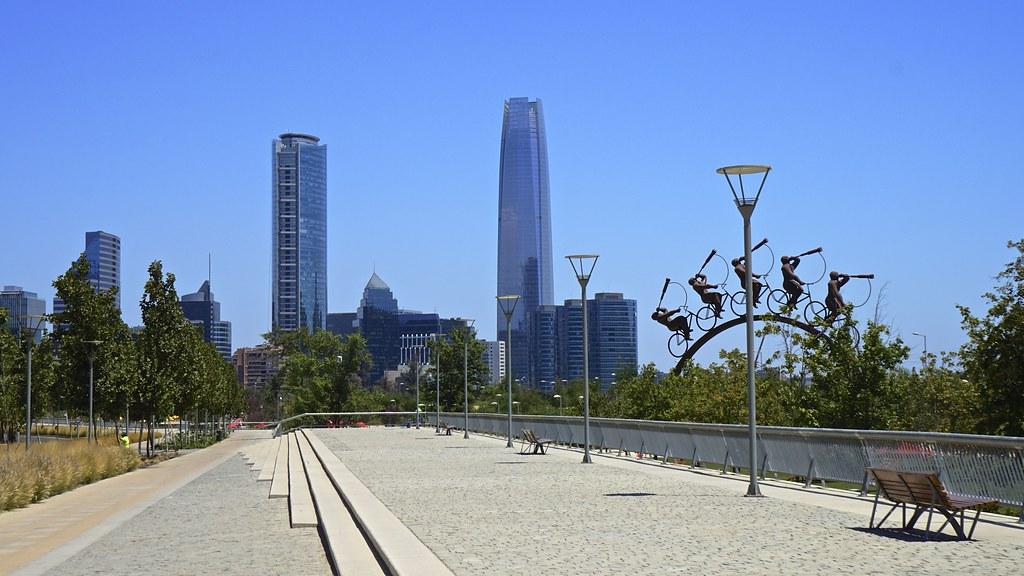 Skyline santiago de chile parque bicentenario for Construccion de piscinas santiago chile
