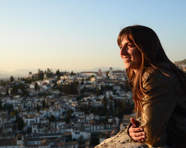 Mirando Granada desde uno de los mejores miradores de Granada, la torre del homenaje de la Alhambra