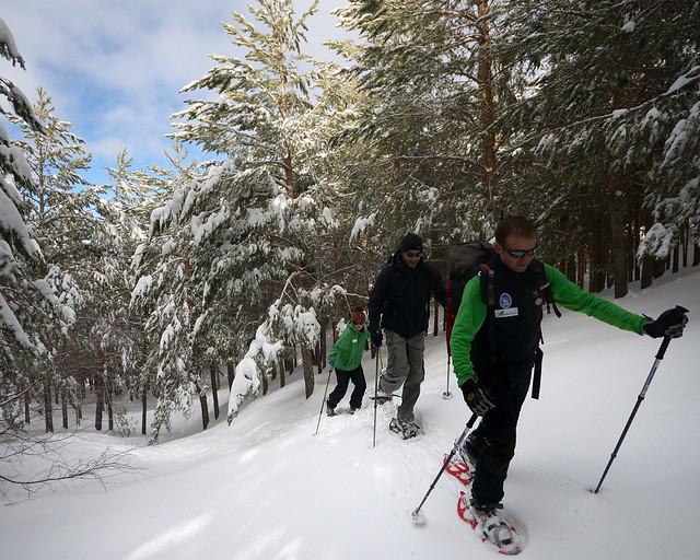 Ruta de raquetas de nieve por Sierra Nevada, una de las mejores excursiones que hacer en Granada
